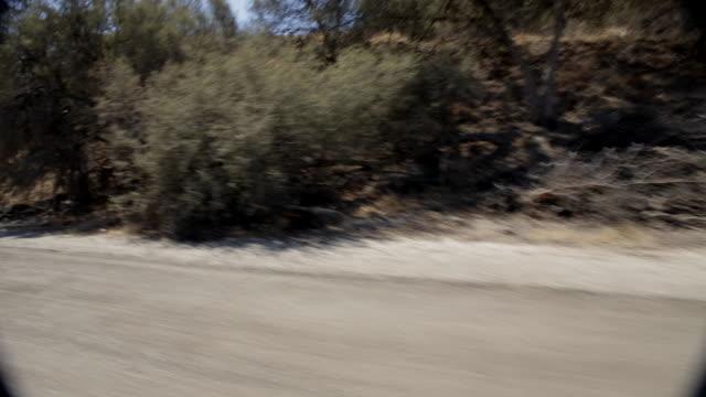 pov driving alongside santa clarita mountains / california, united states - santa clarita点の映像素材/bロール