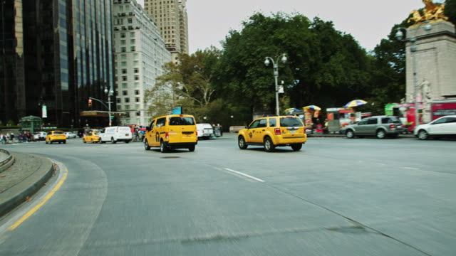 vidéos et rushes de driving around columbus circle - yellow taxi
