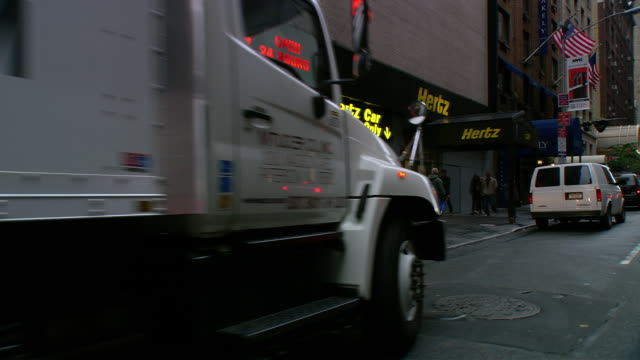 ts / front driver 45' driving around midtown new york city on park avenue / new york - ladenschild stock-videos und b-roll-filmmaterial