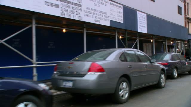 ts / front driver 45' driving around the tribeca neighborhood in new york city / new york - einige gegenstände mittelgroße ansammlung stock-videos und b-roll-filmmaterial