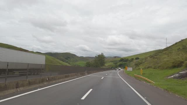 vídeos de stock, filmes e b-roll de dirigindo em uma rodovia de várias linhas no brasil. rodovia dom pedro. - land