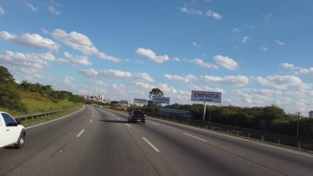 vídeos de stock, filmes e b-roll de pilotando na rodovia ayrton senna, em são paulo( sp). - estrada principal estrada