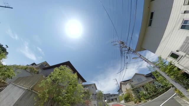 住宅街路での運転 /送電線 / 太陽 - ケーブル線点の映像素材/bロール