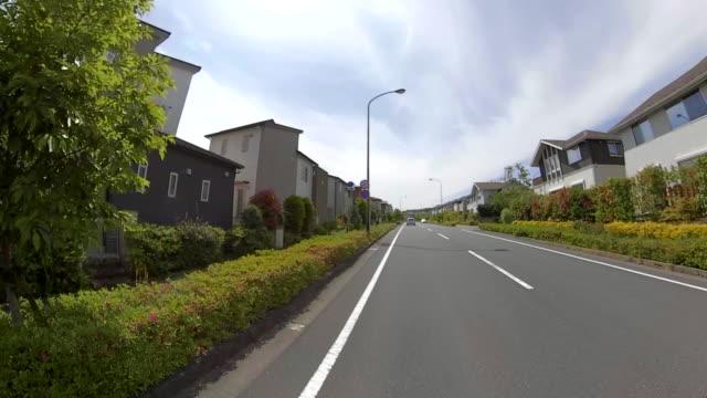 fahren in der wohnstraße - geplante wohnsiedlung stock-videos und b-roll-filmmaterial