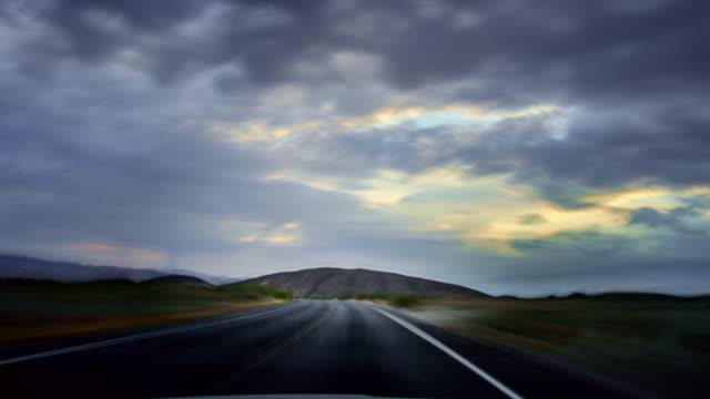 Fahren bei Sonnenuntergang auf der Wüstenstraße