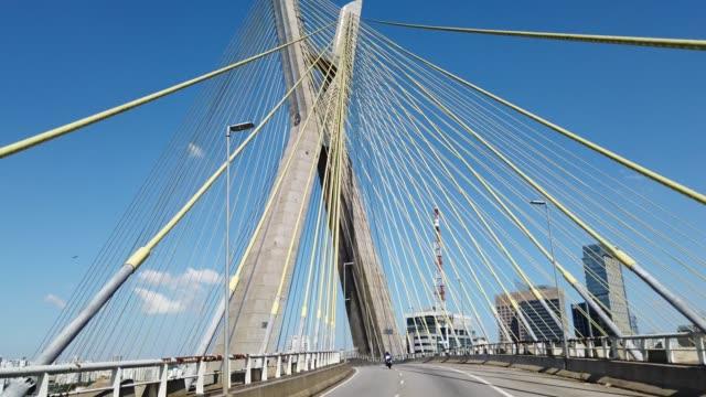 vídeos de stock, filmes e b-roll de dirigindo na famosa ponte estaiada em são paulo. - ponte
