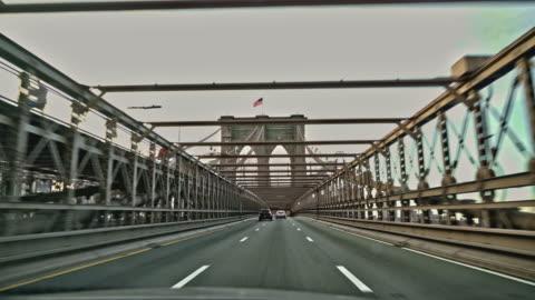 vidéos et rushes de conduire brooklyn bridge. - route déserte