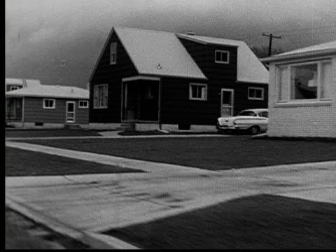 vídeos y material grabado en eventos de stock de 1955 ws pov driving by suburban homes and empty lot/ buffalo, new york - terrenos a construir