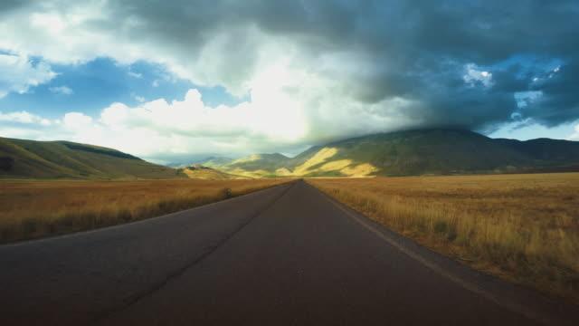 POV: Guida auto vista frontale su strada dritta