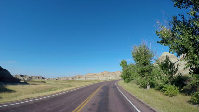 stockvideo's en b-roll-footage met pov driving car highway badlands south dakota usa - great plains