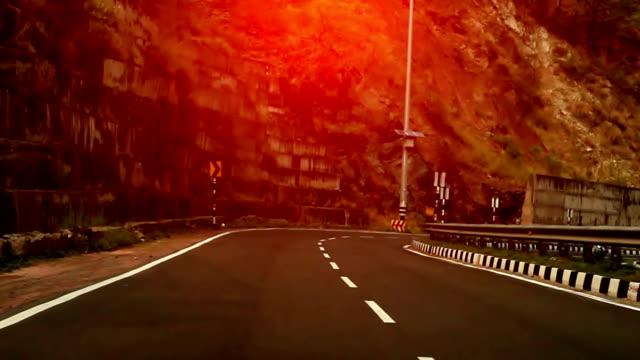 vidéos et rushes de volant de voiture dans les montagnes - route déserte