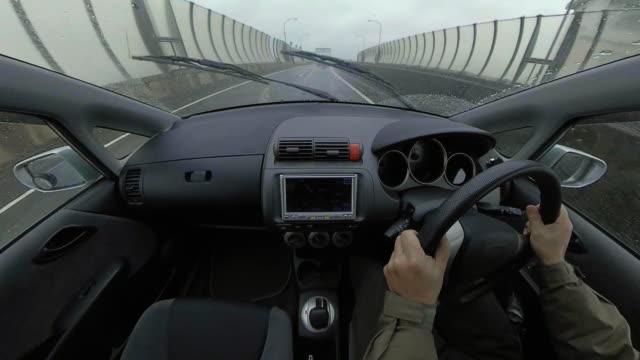 雨の日に運転車 / ハイウェイ - フロントガラス点の映像素材/bロール