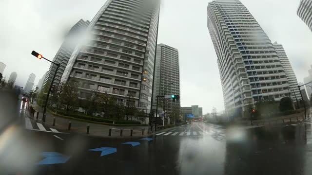 雨の日に車を運転。雨のダウンタウン、レンズに雨滴 - 神奈川県点の映像素材/bロール