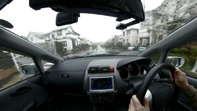 autofahren an regentag / wohnviertel - wohngebäude innenansicht stock-videos und b-roll-filmmaterial