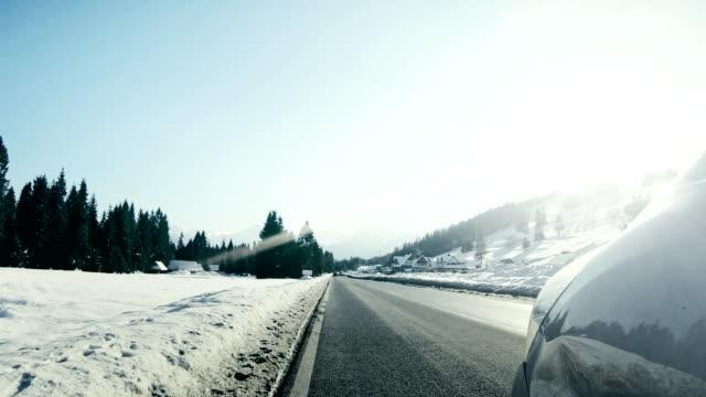 vídeos y material grabado en eventos de stock de coche de conducción en invierno resbaladizo del camino - carrocería
