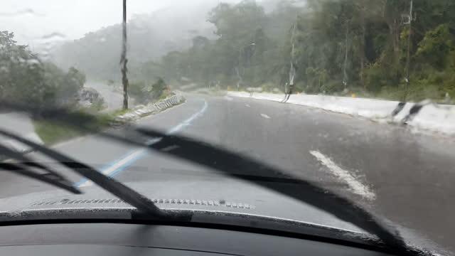 vídeos y material grabado en eventos de stock de coche de conducción bajo la lluvia - cámara en mano