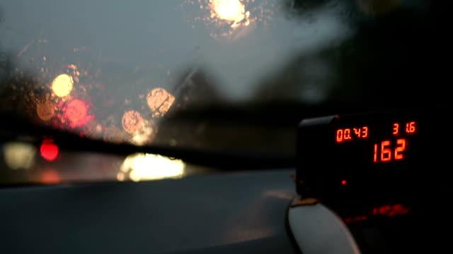 vídeos y material grabado en eventos de stock de hd: conducción en el coche de lluvia - medidor