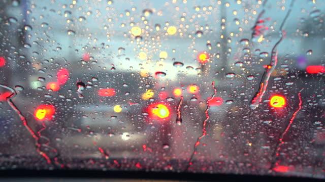 vídeos de stock, filmes e b-roll de dirigindo o carro na chuva - para brisa