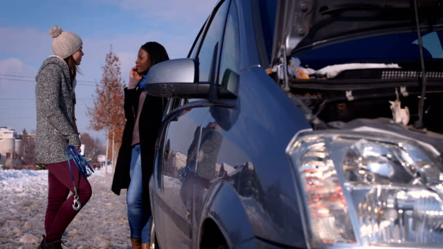 driving car in winter can be a problem - condizione negativa video stock e b–roll
