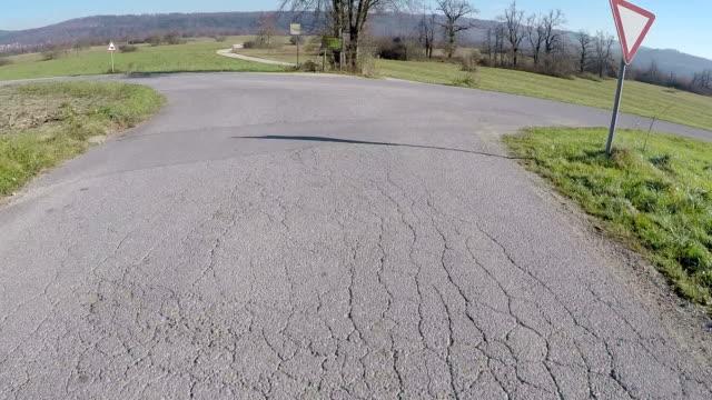 vídeos de stock, filmes e b-roll de dirigindo carro na country road - ponto de vista de câmera