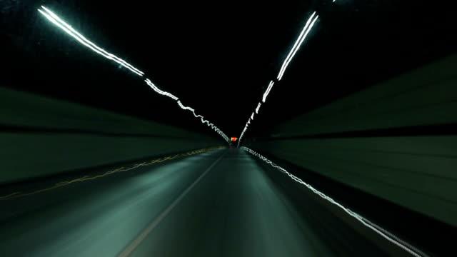 vídeos de stock, filmes e b-roll de dirigindo carro na super alta de ida - tunnel