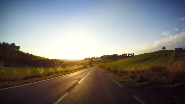 guida auto punto di vista al tramonto - scena rurale video stock e b–roll