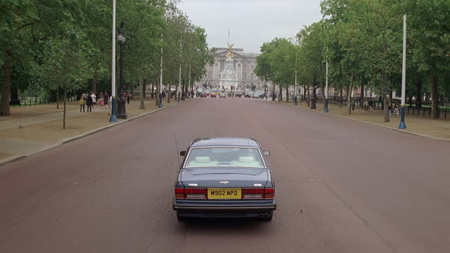 ws pov driving car towards buckingham palace / london, uk - male likeness stock videos & royalty-free footage