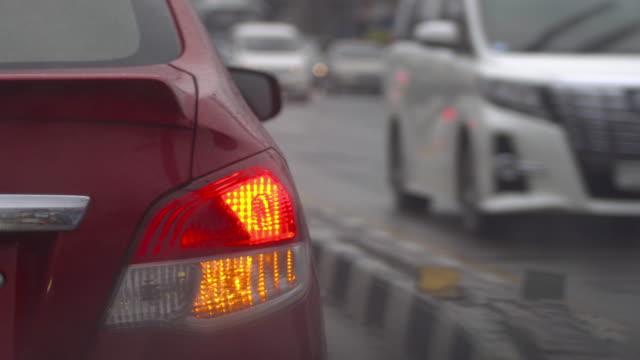 vídeos y material grabado en eventos de stock de conducción de coche - luz trasera