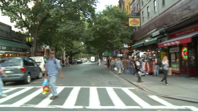 ds driving down 3rd avenue, passing pedestrians and storefronts / new york city, new york, united states - sopsäck bildbanksvideor och videomaterial från bakom kulisserna