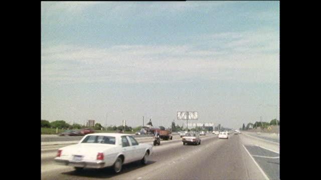 stockvideo's en b-roll-footage met pov driving down a california interstate; 1986 - interstate snelweg amerika
