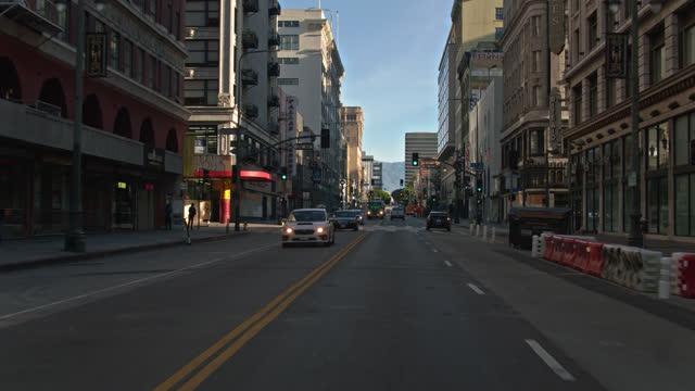 vídeos de stock e filmes b-roll de driving down broadway between 5th st and 6th st in dtla - estrada urbana