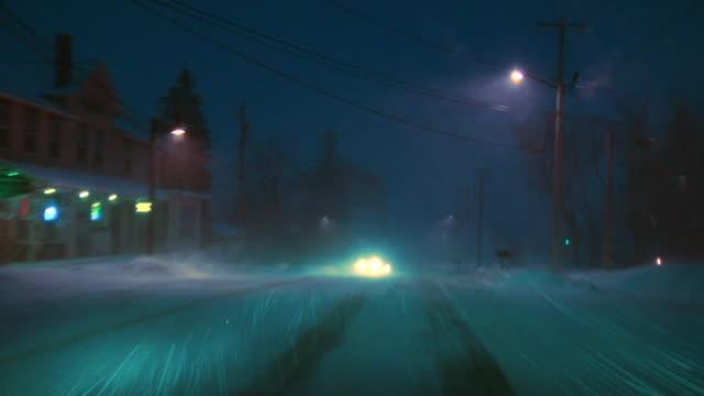 ws car pov driving down country road in snowstorm/ hortonville, wisconsin - ウィスコンシン州点の映像素材/bロール