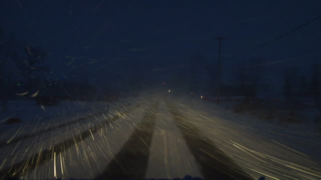 stockvideo's en b-roll-footage met ws car pov driving down country road in snowstorm/ hortonville, wisconsin - bevroren