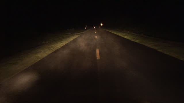 vidéos et rushes de car pov driving down foggy, isolated country road at night/ zi stop sign/ georgia - plan subjectif