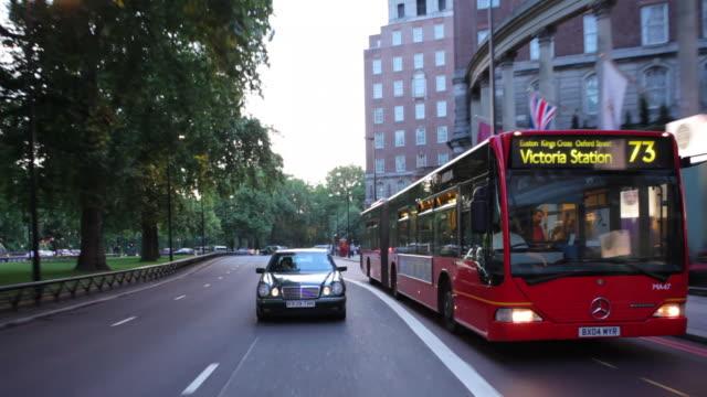 ws pov driving down park lane london summer evening / london, uk - 乗物後部から見た視点点の映像素材/bロール