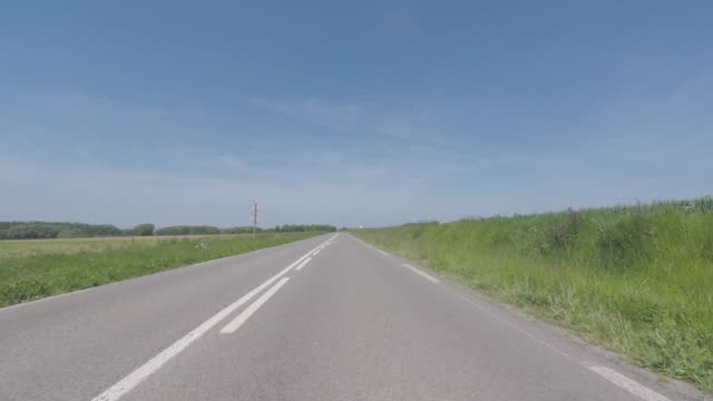 vidéos et rushes de pov driving down rural road - route de campagne