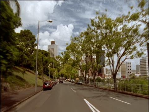 stockvideo's en b-roll-footage met driving down steep hill in brisbane city centre skyscrapers in background - ruimte exploratie