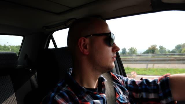 vídeos y material grabado en eventos de stock de conducir por la autopista - estribo de coche