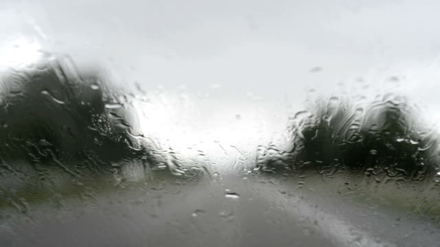 stockvideo's en b-roll-footage met driving during rain - voorruit