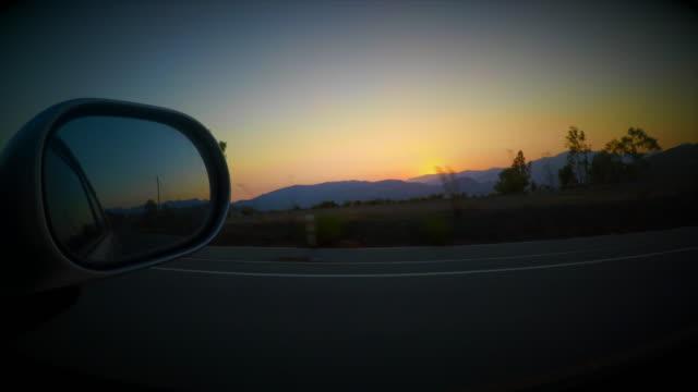 vídeos y material grabado en eventos de stock de driving during sunset - retrovisor exterior