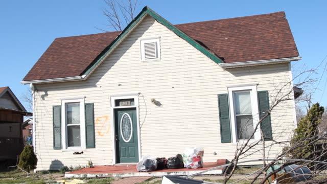 vídeos y material grabado en eventos de stock de driving footage of tornado aftermath and damaged houses - derribado