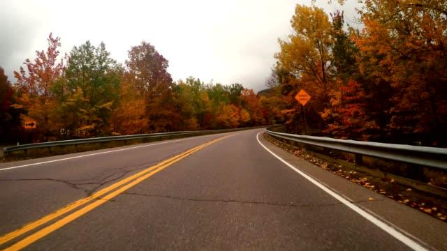 樹葉在新英格蘭的驅動 - 佛蒙特州 個影片檔及 b 捲影像