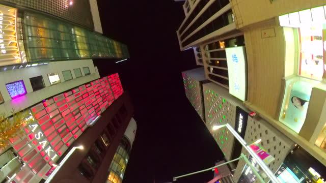 vídeos de stock, filmes e b-roll de dirigindo ginza rua à noite, tóquio, japão. olhe para cima e roll. - ponto turístico internacional