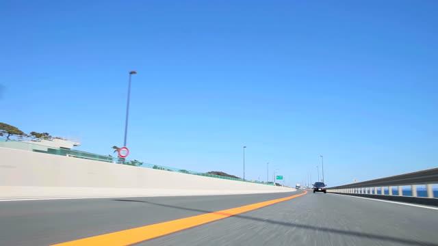 vídeos y material grabado en eventos de stock de conducción highway (time lapse); vista posterior - plusphoto