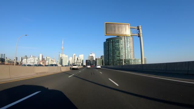 vídeos y material grabado en eventos de stock de conduciendo la autopista al centro de toronto. toronto - sección del medio