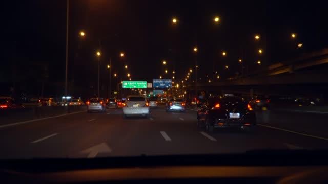 Fahren in einem Auto durch die Stadt bei Nacht in Bangkok