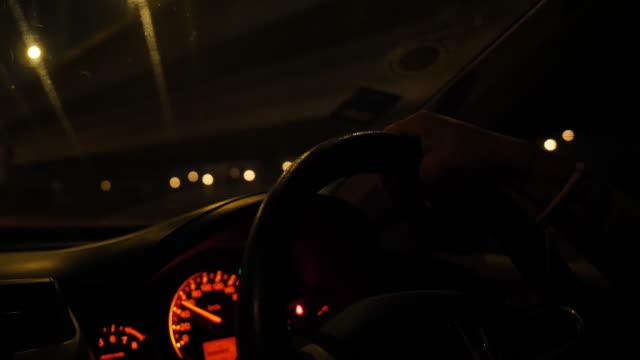 guidare in una città. - young men video stock e b–roll