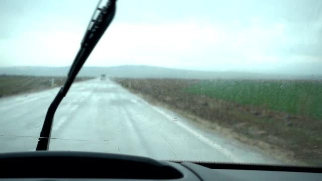 vídeos y material grabado en eventos de stock de conducir en la lluvia - parabrisas