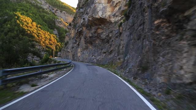 stockvideo's en b-roll-footage met driving in a stunning mountain road in the pyrenees. - verwonderingsdrang