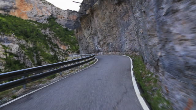 vídeos y material grabado en eventos de stock de driving in a stunning mountain road in the pyrenees. - ruta de montaña